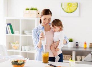 мама готовит малышу питание в 7 месяцев