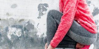 молодая мама в спортивной одежде Спорт при грудном вскармливании