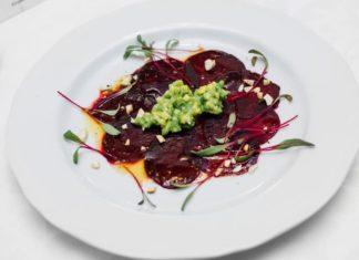 салат из свеклы с черносливом и сыром