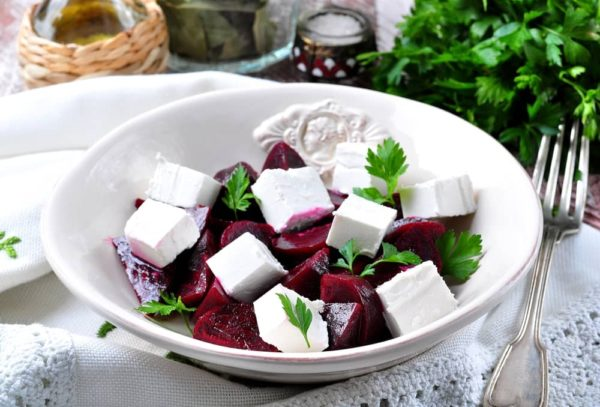 Салат из свеклы с фетой и петрушкой