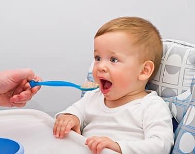 Как научить ребенка жевать твёрдую пищу в 1 год